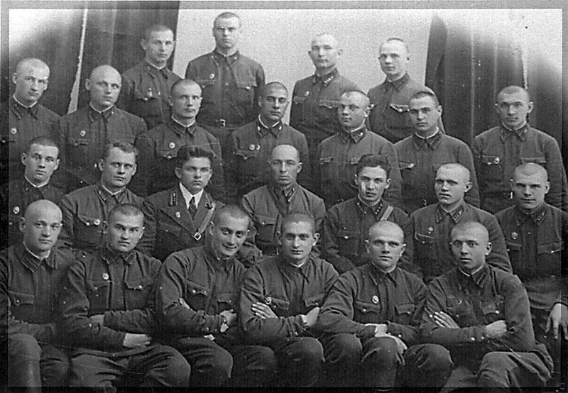 Курсанты Полтавского военно-тракторного училища.
