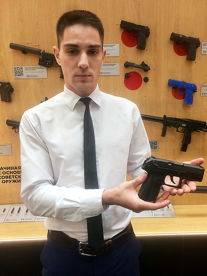 Инженер-конструктор ЦНИИТОЧМАШ Иван Кухтинов демонстрирует новый пистолет «Полоз».