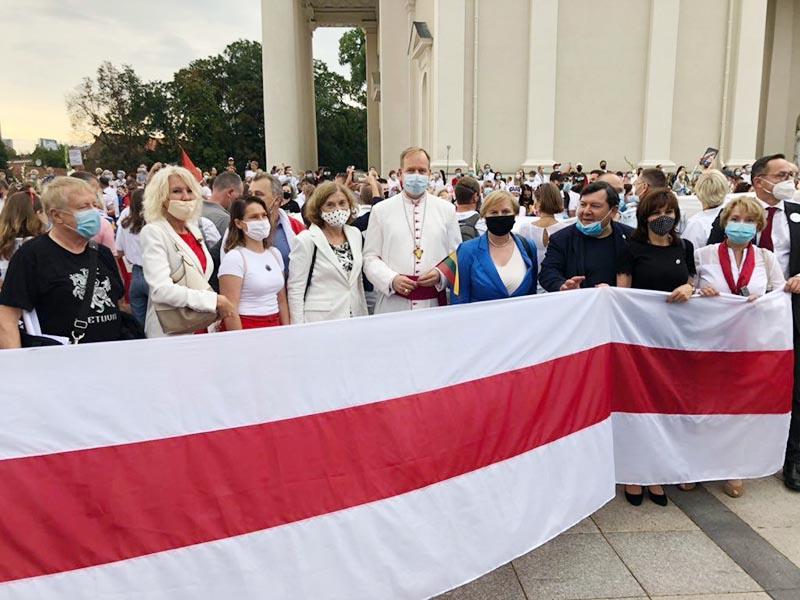 Демонстрация в Варшаве в поддержку протестов в Белоруссии с участием членов сената Польши и духовенства.