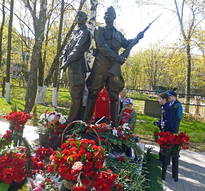 Памятник Подольским курсантам во дворе средней школы Климовска.