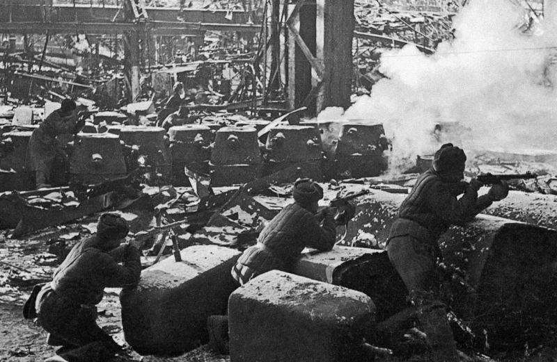 Красноармейцы в бою в разрушенном заводе «Красный Октябрь» в Сталинграде.