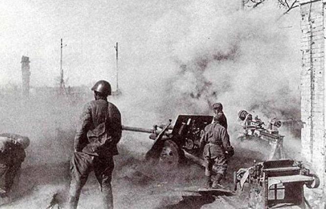 Артиллеристы ведут огонь по врагу в Сталинграде.