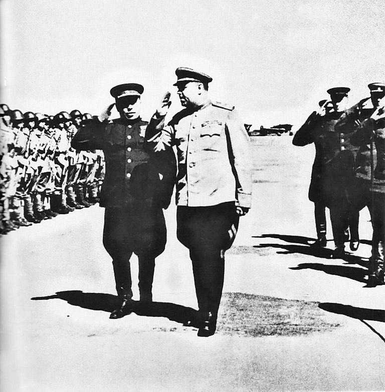 Маршал Советского Союза А.М. Василевский с начальником гарнизона Харбина генерал-полковником А.П. Белобородовым.