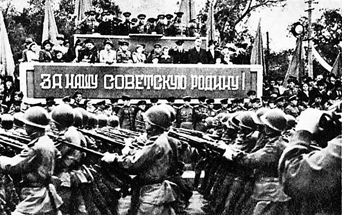 На площадь Парада Победы первыми вступили колонны пехотинцев, связистов, сапёров, миномётчиков.