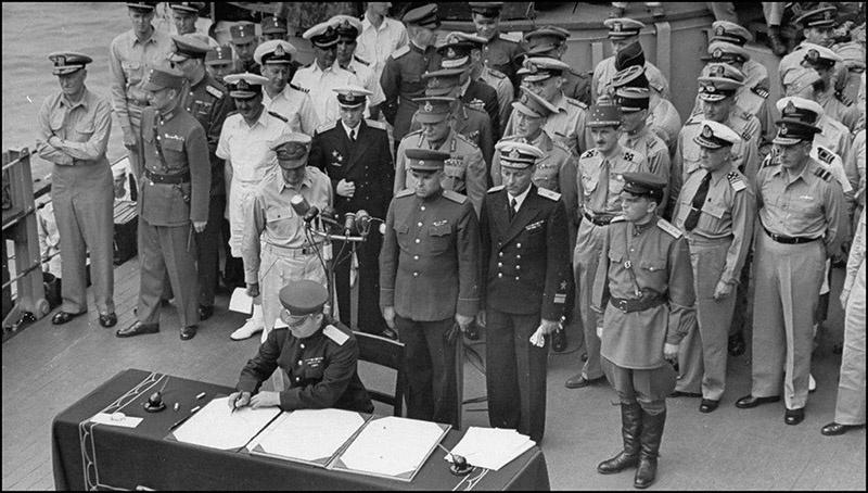 Генерал-лейтенант К.Н. Деревянко подписывает акт о капитуляции Японии.