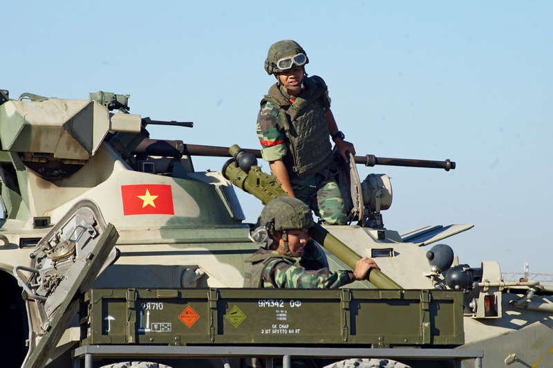Вьетнамская команда загружает боеприпасы.