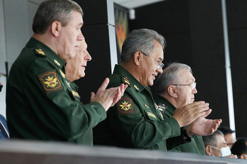 Министр обороны России Сергей Шойгу, начальник Генерального штаба Валерий Герасимов приветствовали победителей стоя!