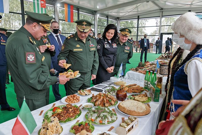 Министр обороны России генерал армии Сергей Шойгу пробует пирожки на конкурсе «Полевая кухня».