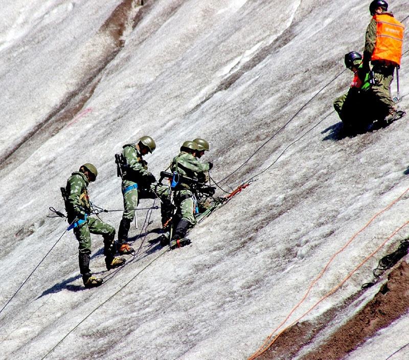На ледовом откосе - команда Узбекистана.