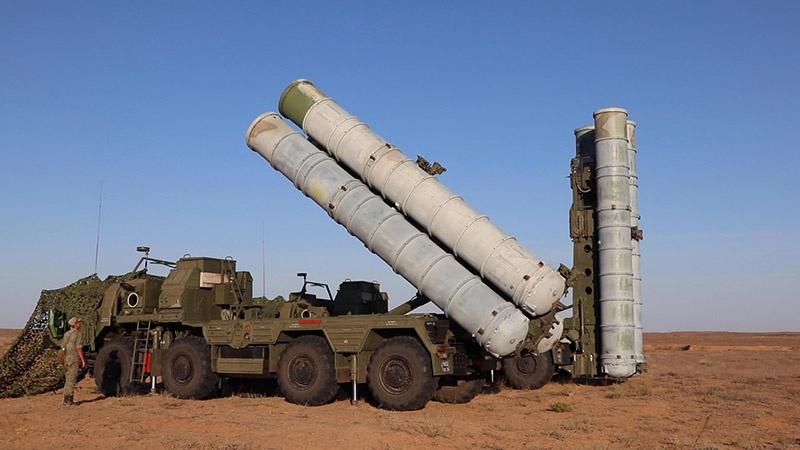 Боевые расчёты зенитных ракетных систем С-400 «Триумф» провели очередное плановое учение по противовоздушной обороне важных объектов гражданского сектора.