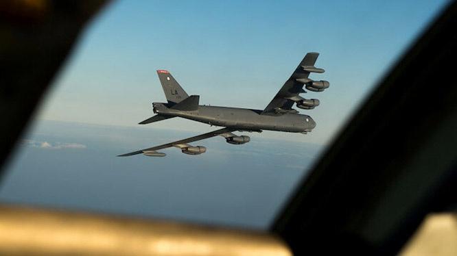 Стратегический бомбардировщик B-52 Stratofortress замечен у российской границы над Чёрным морем.
