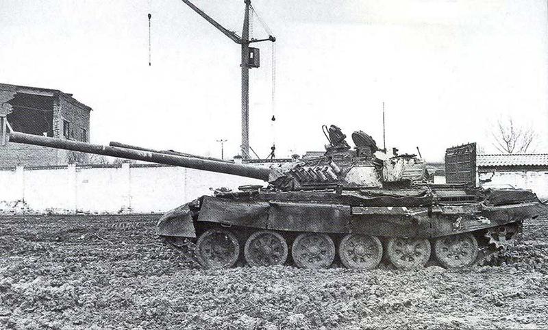 Подбитый танк на улице в Грозном.