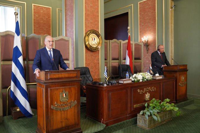 Министр иностранных дел Греции Никос Дендиас подписал с египетским коллегой Самехом Шукри ответно-перекрёстное соглашение о демаркации морских зон в Средиземноморье.