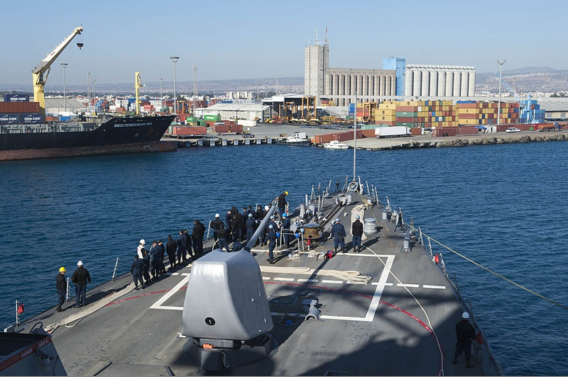 Ракетоносец 6-го флота USS Stout (DDG 55) заходит в кипрский порт Лимассол.