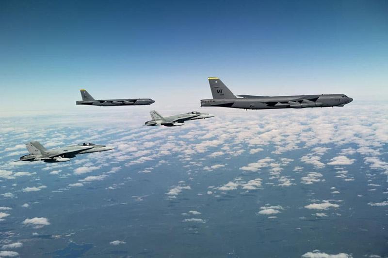 Два бомбардировщика В-52, взлетев с авиабазы Minot (Северная Дакота), отрабатывали учебно-боевые задачи в арктических широтах, имитируя удары крылатыми ракетами по объектам на российской территории.
