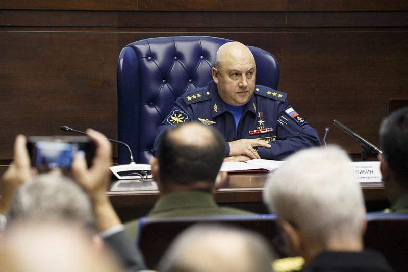 11 сентября 2020 г. главнокомандующий Воздушно-космическими силами генерал-полковник Сергей Суровикин провёл брифинг для военных атташе иностранных государств.