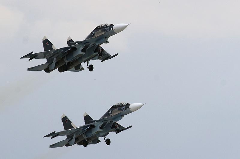 На перехват В-52 из состава дежурных сил поднимались два истребителя Су-27 морской авиации Балтийского флота, которые со своей задачей успешно справились.