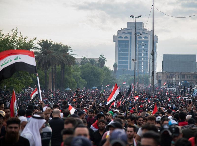Иракская молодёжь, участвующая в акциях протеста, представлена как суннитами, так и шиитами и курдами.