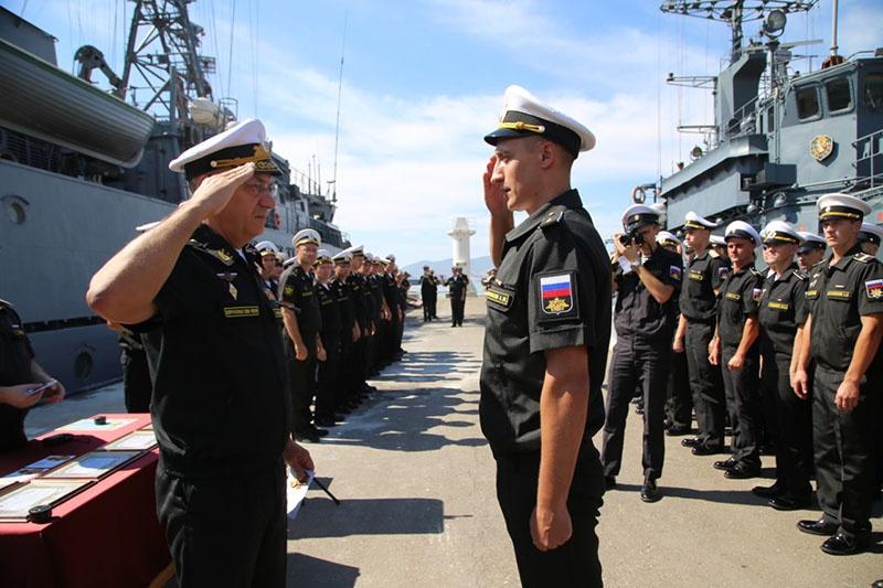 Награждение отличившихся после выполнения специальных задач в море.