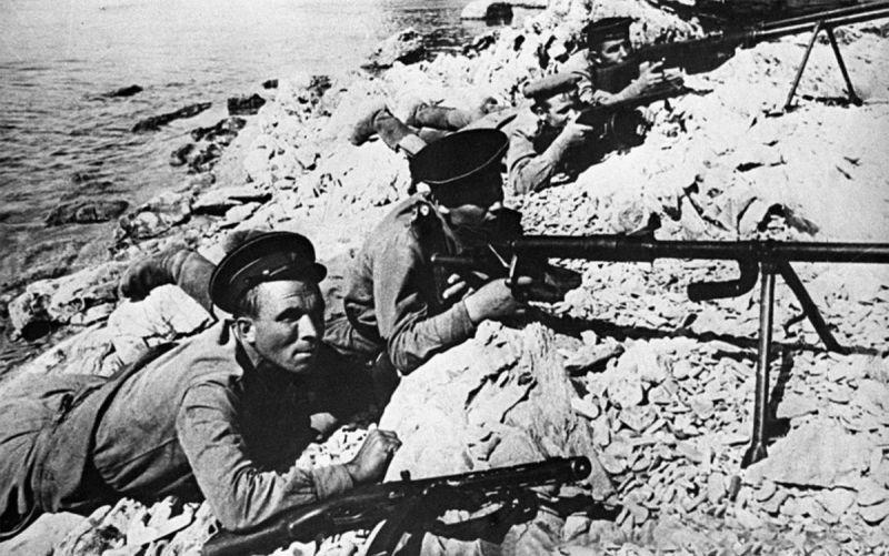 Морские пехотинцы из отряда Цезаря Куникова с противотанковыми ружьями ведут бой у посёлка Станичка.