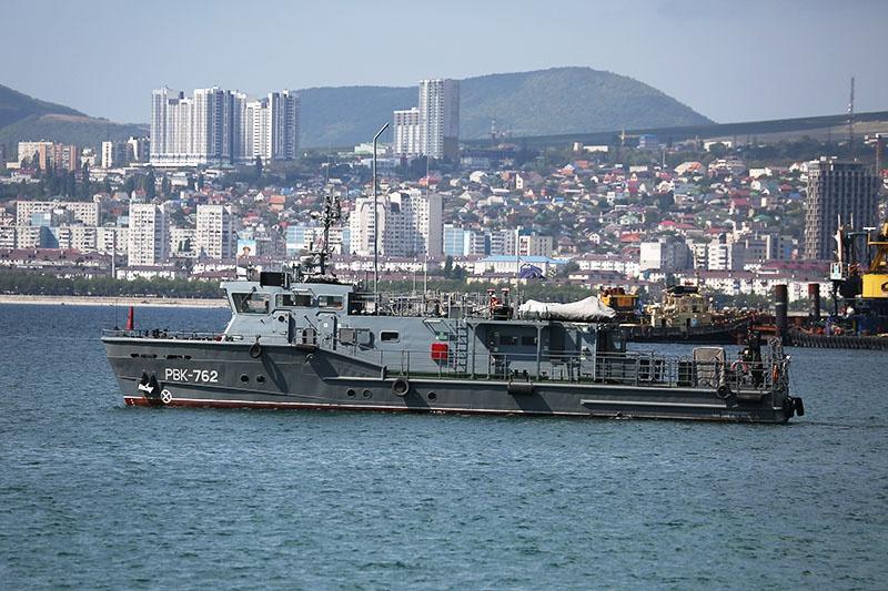 Водолазный катер в военной гавани Новороссийска.