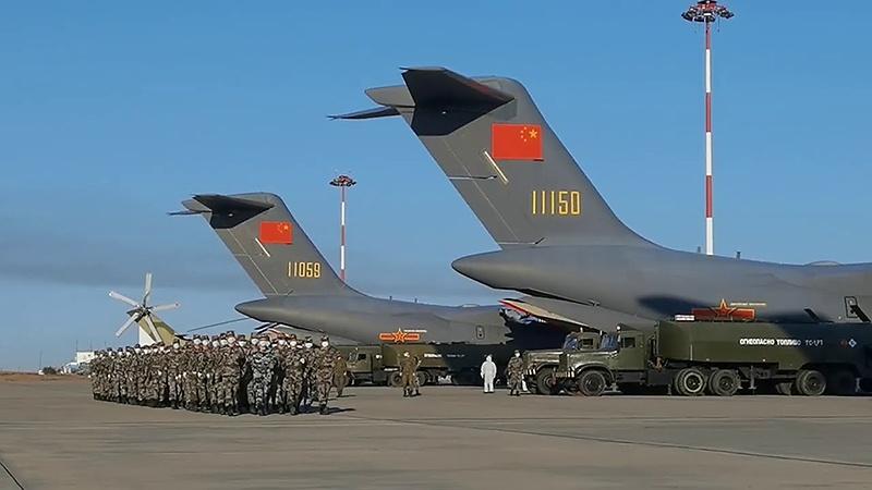 На военный аэродром в Астраханской области самолётами Y-20 военно-воздушных сил КНР прибыли военнослужащие Народно-освободительной армии Китая.