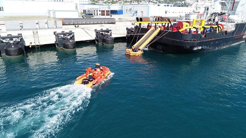 Элемент отработки одного из спасательных упражнений на море.