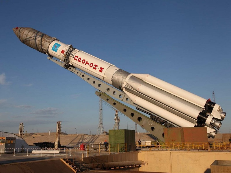 Многие космические аппараты военного назначения требуют запусков с помощью тяжёлых ракет «Протон» с космодрома Байконур.