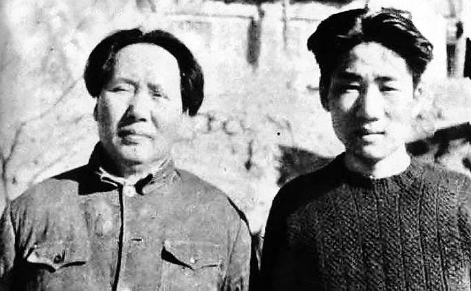 Мао Аньин со своим отцом лидером Компартии Китая Мао Цзедуном.