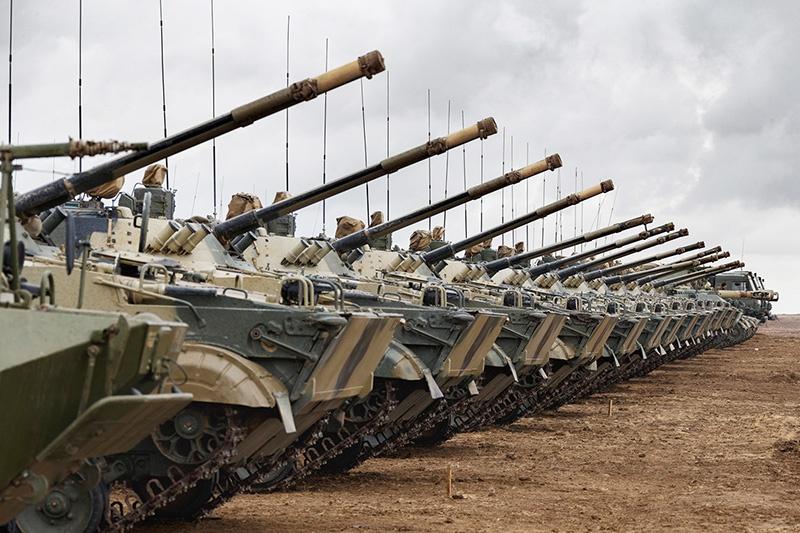 В учениях «Кавказ-2020» примут участие около 80 тысяч человек, на полигонах будут задействованы до 250 танков, до 450 боевых машин пехоты и бронетранспортеров, до 200 артиллерийских систем и реактивных систем залпового огня.
