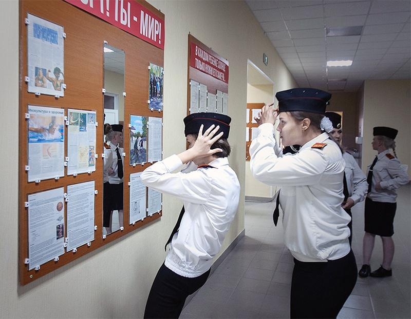 Пробегая мимо зеркала, девушки всякий раз притормаживали на несколько секунд, чтобы поправить волосы или пилотку.