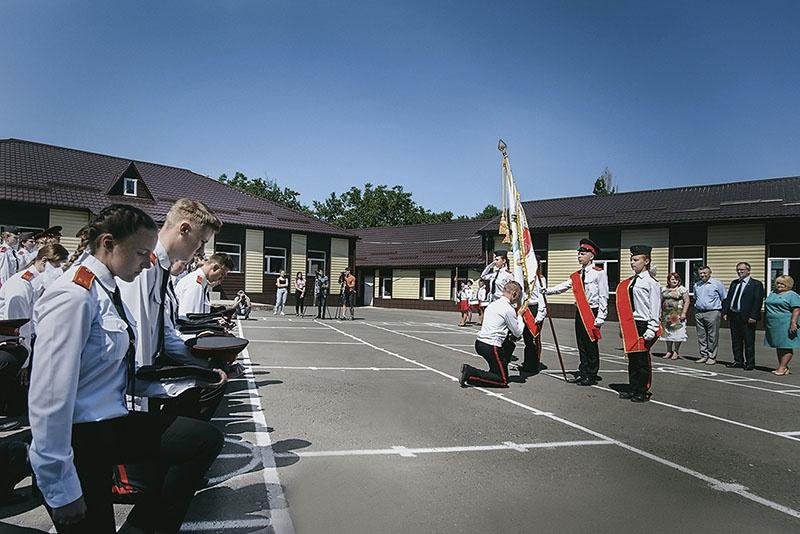 Знамя корпуса выпускники передали знамённой группе будущего 11-го взвода.