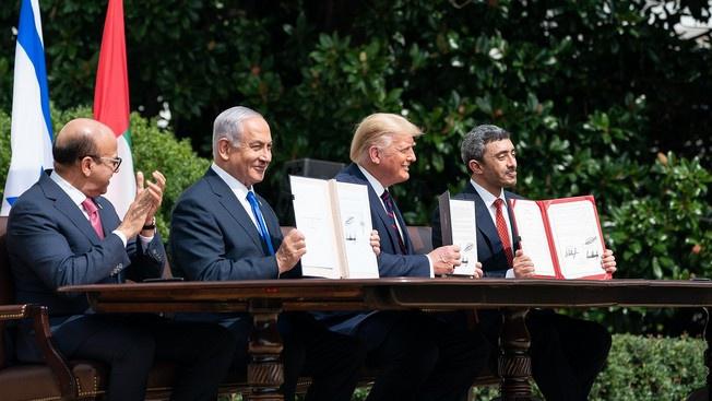 Президент США Дональд Трамп, глава МИД Бахрейна доктор Абдуллатиф бин Рашид аль-Зайани, израильский премьер-министр Беньямин Нетаньяху и министр иностранных дел ОАЭ Абдулла бин Заед аль-Нахьян подписывают мирные договора.