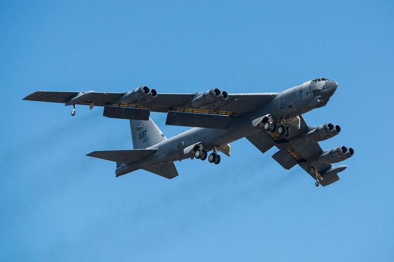 Американский тяжёлый стратегический бомбардировщик B-52H.
