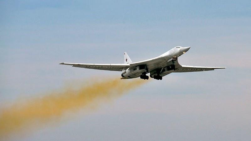 Сверхзвуковой стратегический бомбардировщик-ракетоносец Ту-160 «Белый лебедь».