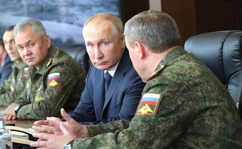 За действиями войск на полигоне Капустин Яр в Астраханской области наблюдал Верховный Главнокомандующий Вооружёнными силами Российской Федерации Владимир Путин.