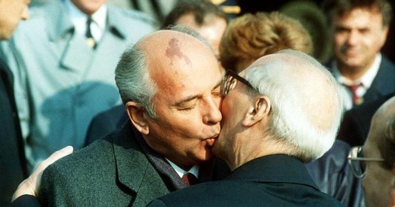 Поцелуем Михаил Горбачёв сдал и Эриха Хонеккера, и ГДР.