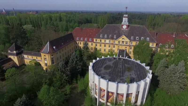 Вид сверху на здания дома офицеров и музея группы войск.