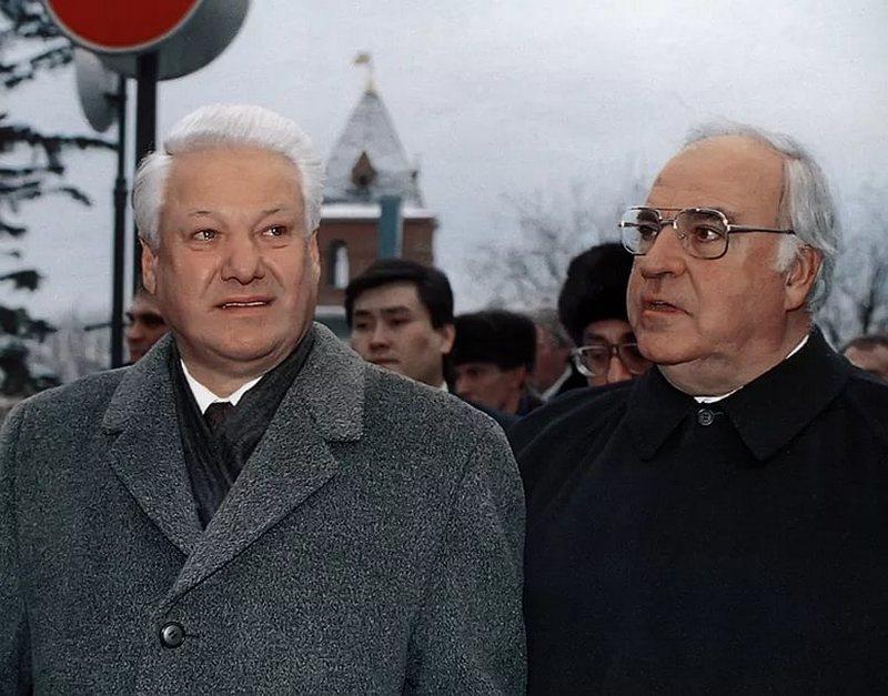 То, что ему не принадлежало - российскую многомиллиардную недвижимость в Германии, - Б.Ельцин отдал ни за грош канцлеру ФРГ Г. Колю.