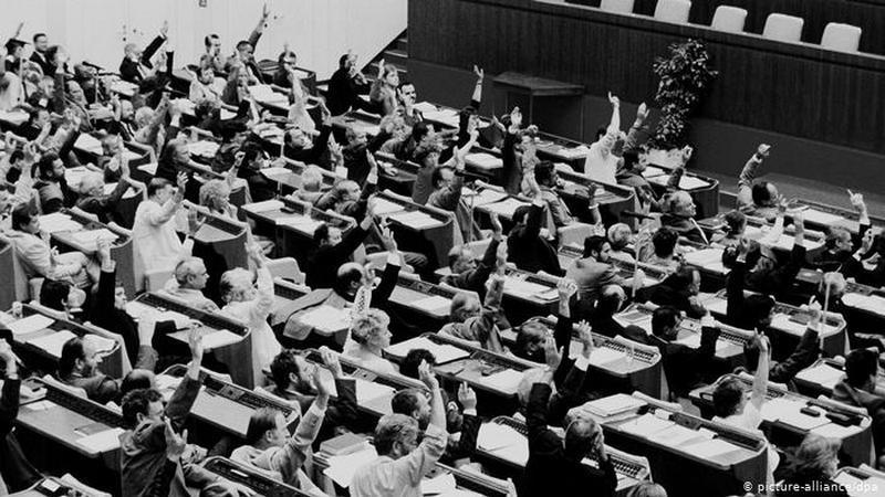 Народная палата ГДР голосует за объединение.