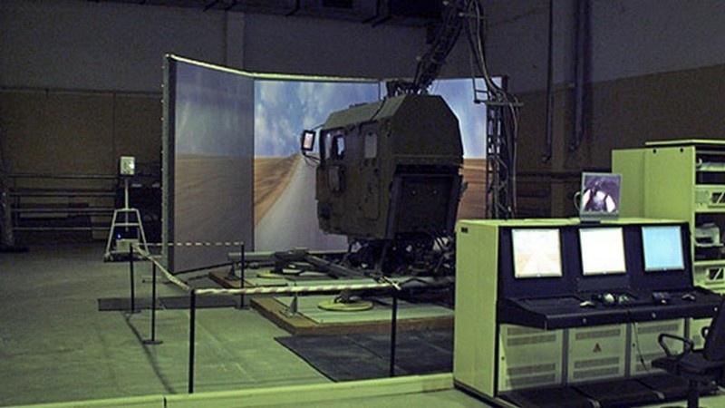 Программное обеспечение и состав информации современных обучающих симуляторов точно такие же, как и на реальных боевых агрегатах.