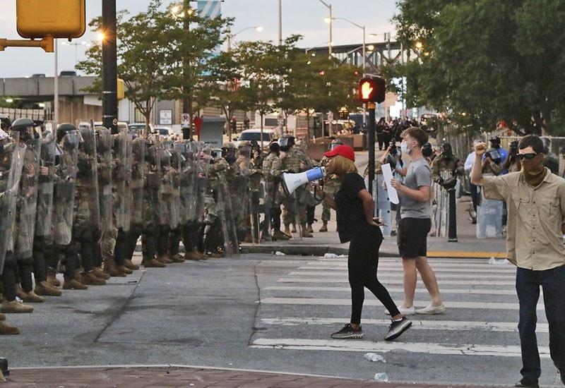 Национальная гвардия выведена против протестующих на улицах американских городов.