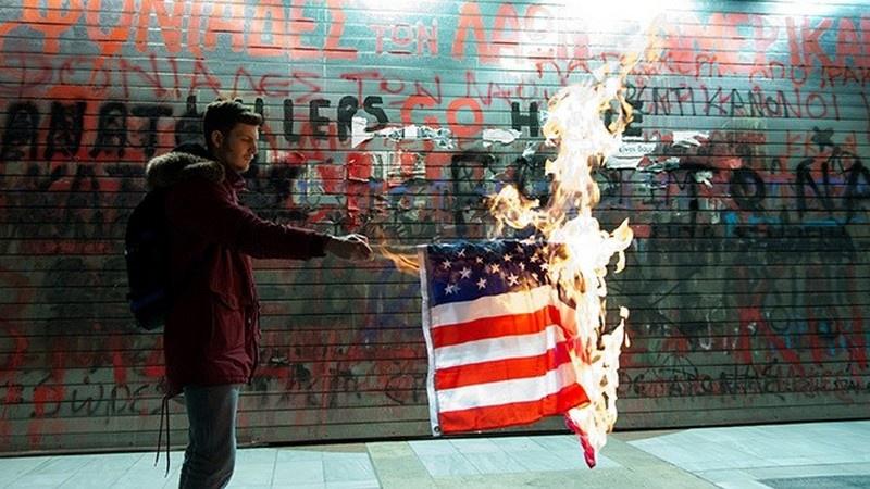 Протестующие в Вашингтоне сожгли флаг США во время речи Трампа в День независимости.