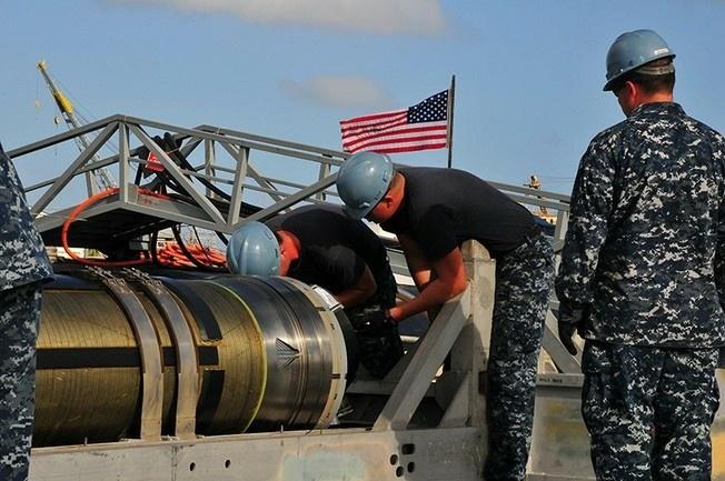 Загрузка наземной ударной ракеты «Томагавк» на военный корабль США «Мичиган».