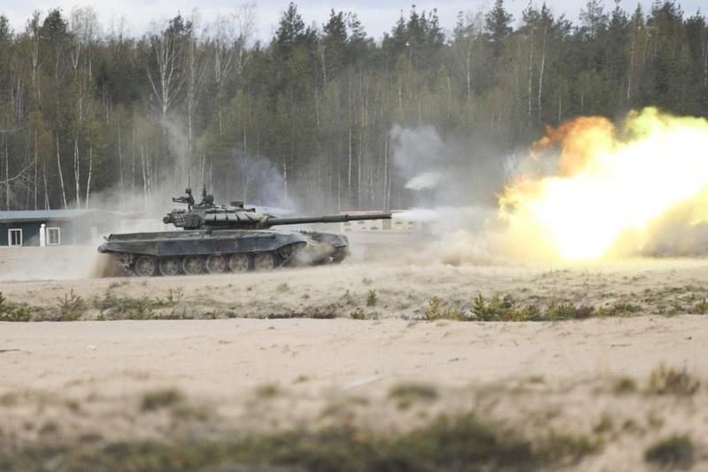 Под Воронежем военнослужащие танкового полка гвардейской общевойсковой армии ЗВО учились сдерживать натиск атакующего условного противника.