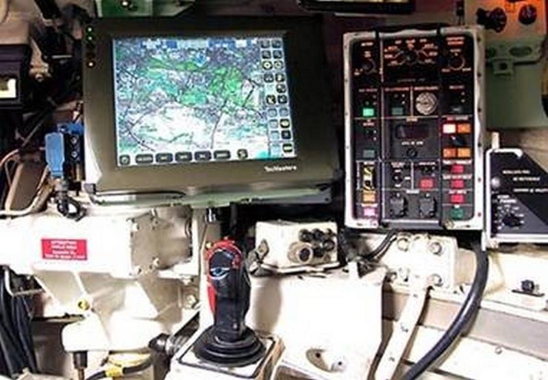 Бортовой компьютер Leclerc общается с экипажем через цветные мониторы и при помощи речевого информатора.