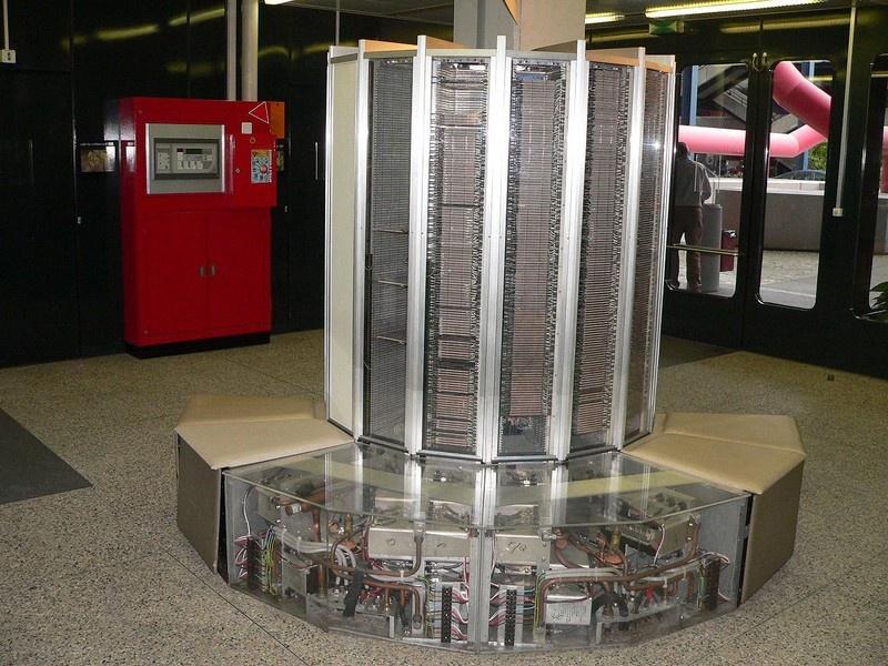 Суперкомпьютер Cray-1, спроектированный Сеймуром Крэем и созданный компанией Cray Research Inc. в 1976 году.