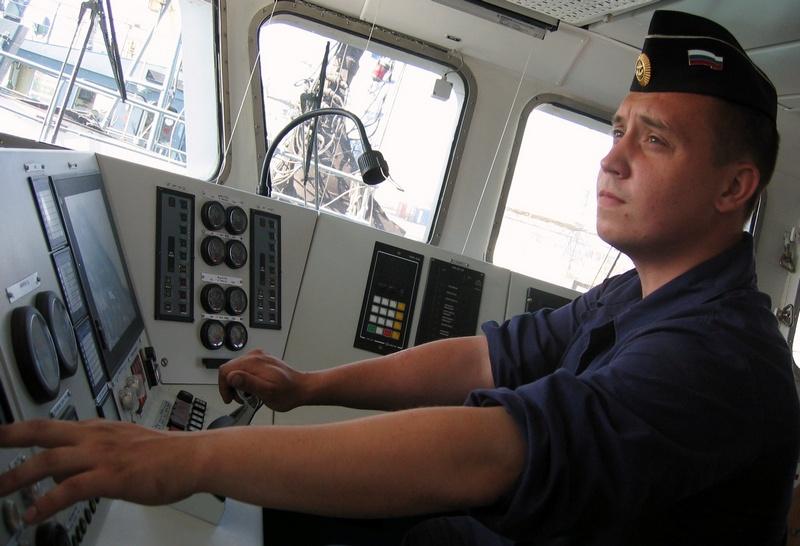 В надёжности сердца катера - его двигателя - немалая ответственность лежит на командире электромеханической боевой части старшине 1-й статьи Вадиме Саватееве.