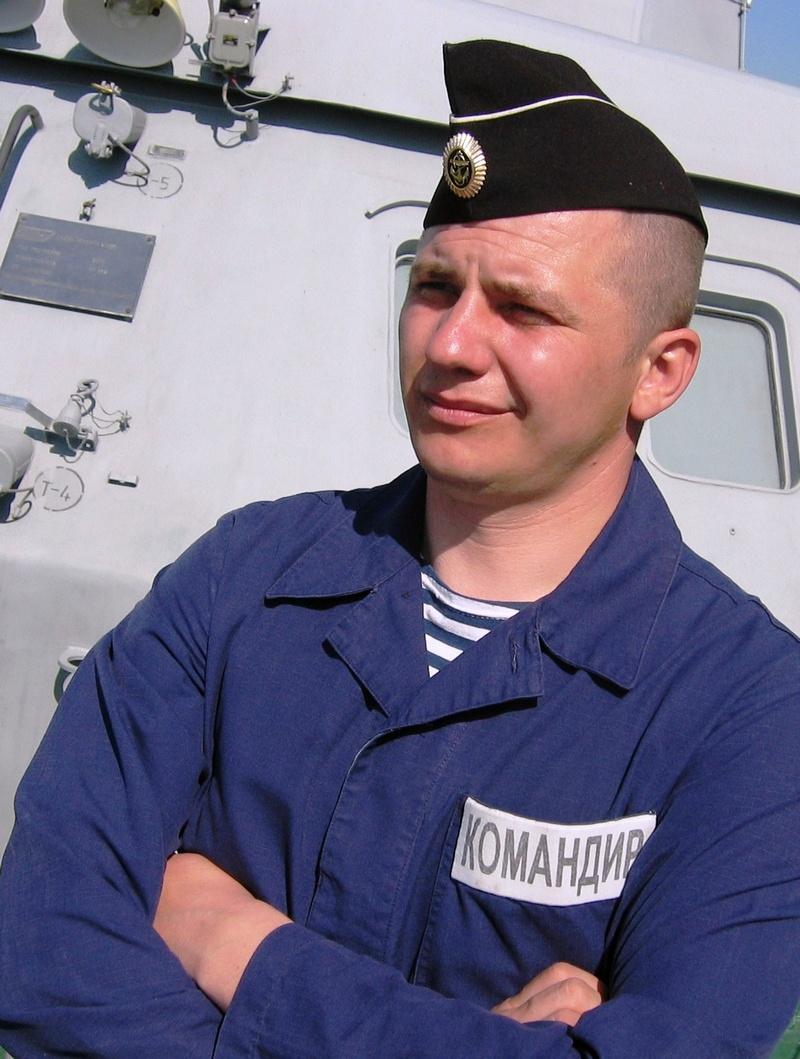 Старший мичман Денис Никитин поначалу, пока не нашлось достойного для службы на катере специалиста, нёс вахту и за рулевого-сигнальщика.