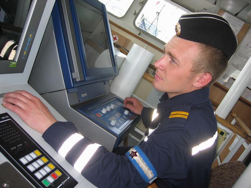 Радиоэлектронное вооружение «Грачонка» находится в заведовании гидроакустика старшины 2-й статьи Евгения Куликова.
